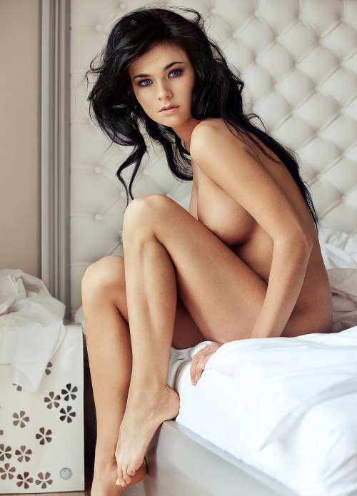 Srxy naked girl in bed