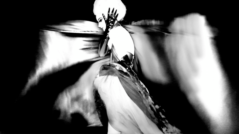 Nick Knight, Alexia, 2012. Hand-coated pigment print, 111,8 x 190,8 cm ( 44 x 75 1/8 in. ), Edition of 10, plus 2 AP