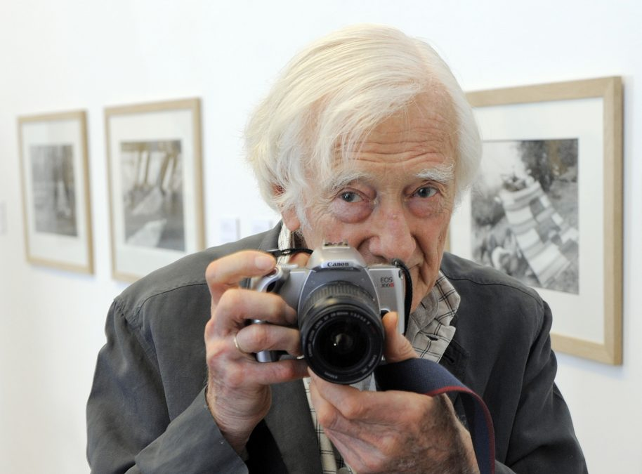 (GERMANY OUT) Riboud, Marc - Photographer, France - at the photo exhibition by Cartier-Bresson in Erfurt, Thuringia (Photo by globalmoments/ullstein bild via Getty Images)