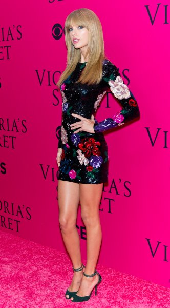Singer/songwriter Taylor Swift attends the 2013 Victoria's Secret Fashion Show