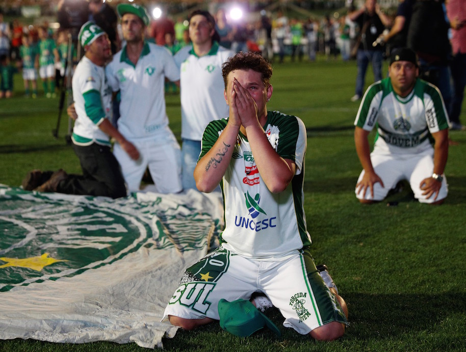 Fans of Chapecoense soccer team pay tribute to the players of Brazilian team Chapecoense Real in Chapeco, Brazil on November 30, 2016. (Photo by Leonardo Benassatto/Anadolu Agency/Getty Images)