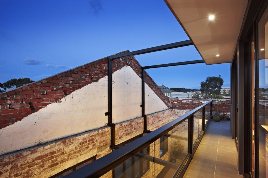 ITN removed the roof to add an upper floor, decks and terraces. Photo courtesy of ITN Architects.